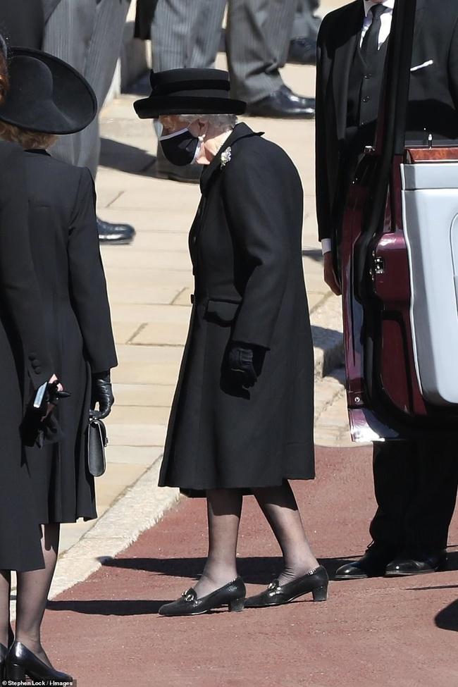 Nữ hoàng Anh rơi nước mắt, ngồi một mình trong tang lễ tiễn người bạn đời 73 năm về nơi an nghỉ cuối cùng - Ảnh 5.