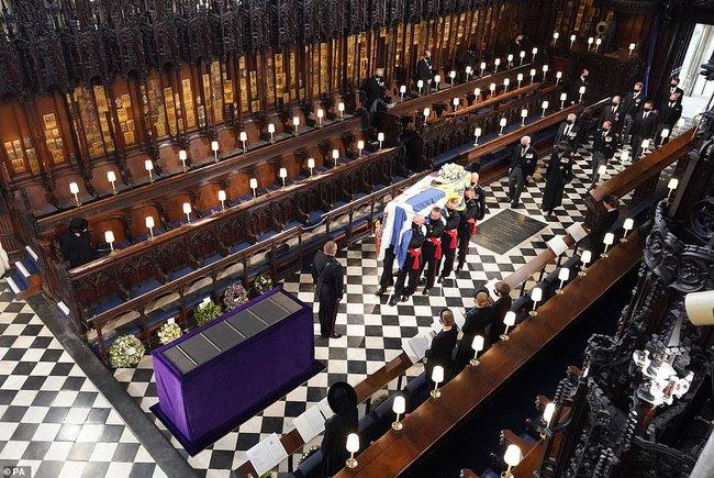 Nữ hoàng Anh rơi nước mắt, ngồi một mình trong tang lễ tiễn người bạn đời 73 năm về nơi an nghỉ cuối cùng - Ảnh 10.