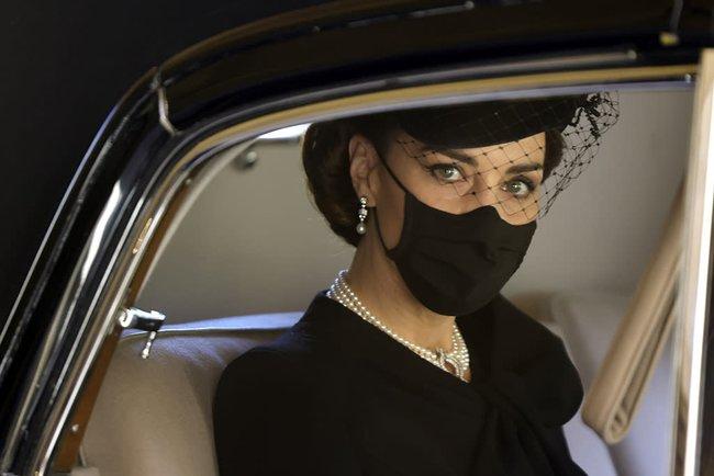 Bóc tách trang phục của Kate Middleton trong tang lễ Hoàng tế Philip để thấy cô được lòng Nữ hoàng Anh như thế nào - Ảnh 1.