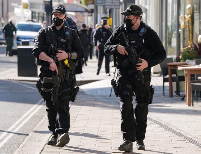 Công tác chuẩn bị cho tang lễ Hoàng tế Philip đang vô cùng khẩn trương: Cảnh sát an ninh chui hẳn xuống cống để đảm bảo không có sự cố bất ngờ xảy ra - Ảnh 3.