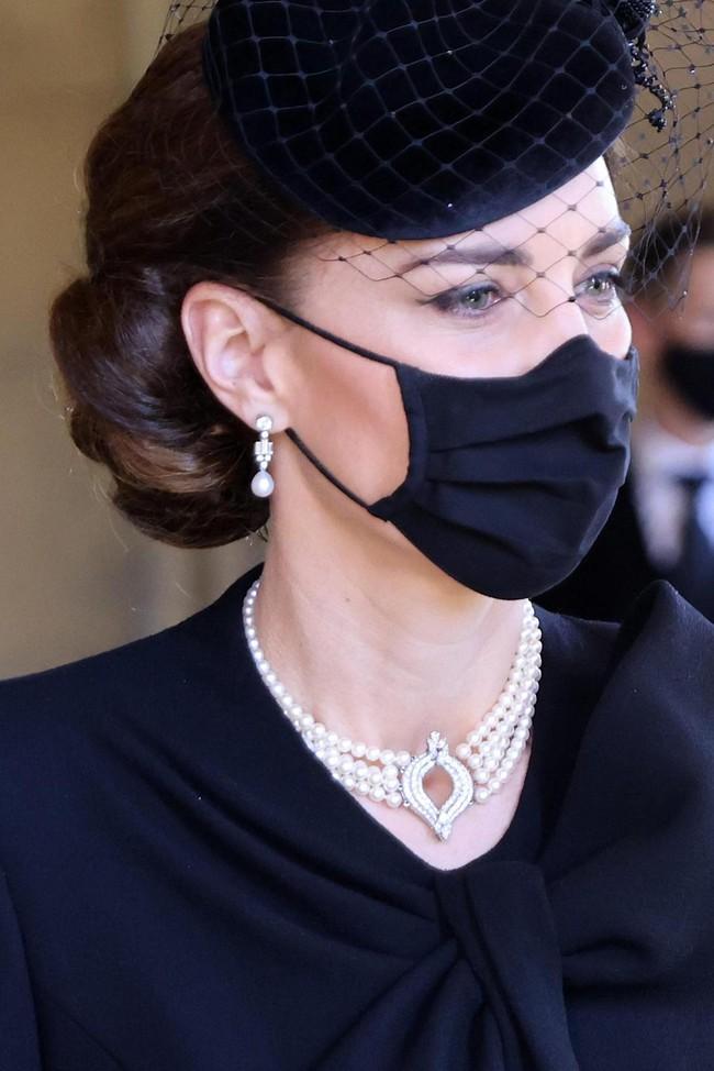 Bóc tách trang phục của Kate Middleton trong tang lễ Hoàng tế Philip để thấy cô được lòng Nữ hoàng Anh như thế nào - Ảnh 4.