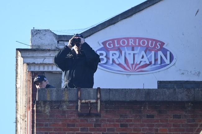 Công tác chuẩn bị cho tang lễ Hoàng tế Philip đang vô cùng khẩn trương: Cảnh sát an ninh chui hẳn xuống cống để đảm bảo không có sự cố bất ngờ xảy ra - Ảnh 5.