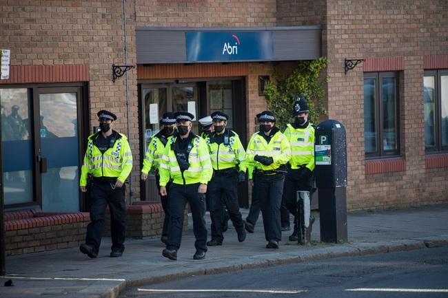Công tác chuẩn bị cho tang lễ Hoàng tế Philip đang vô cùng khẩn trương: Cảnh sát an ninh chui hẳn xuống cống để đảm bảo không có sự cố bất ngờ xảy ra - Ảnh 6.