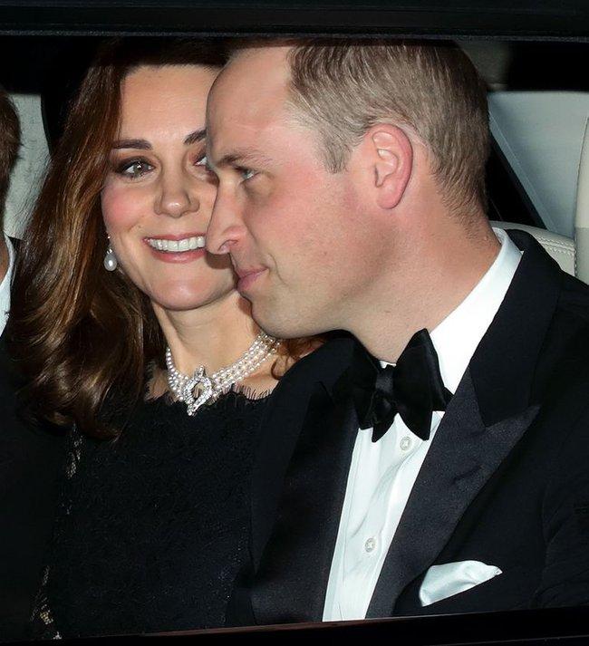 Bóc tách trang phục của Kate Middleton trong tang lễ Hoàng tế Philip để thấy cô được lòng Nữ hoàng Anh như thế nào - Ảnh 3.