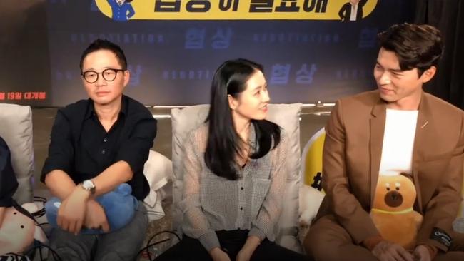"""Fan soi chi tiết Hyun Bin - Son Ye Jin liếc mắt đưa tình công khai đến nổi đạo diễn ngồi cạnh chẳng khác nào """"kỳ đà cản mũi"""" - Ảnh 2."""