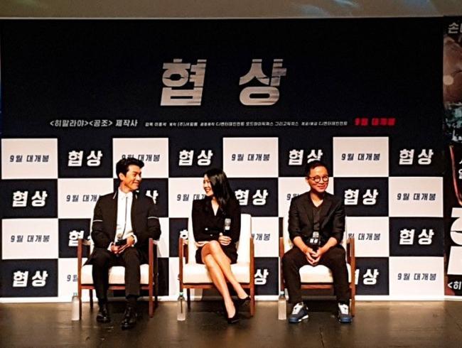 """Fan soi chi tiết Hyun Bin - Son Ye Jin liếc mắt đưa tình công khai đến nổi đạo diễn ngồi cạnh chẳng khác nào """"kỳ đà cản mũi"""" - Ảnh 3."""