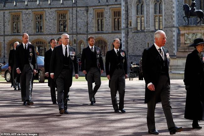 Trong tang lễ ông nội, Hoàng tử William và Harry lần đầu tiên xuất hiện cùng nhau, chủ động trò chuyện - Ảnh 1.