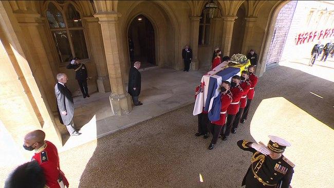 Vì sao trên quan tài Hoàng tế Philip lại có một thanh gươm, chiếc mũ và vòng hoa? Tất cả đều mang ý nghĩa vô cùng đặc biệt trong cuộc đời ông - Ảnh 4.