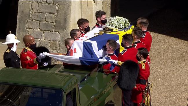 Vì sao trên quan tài Hoàng tế Philip lại có một thanh gươm, chiếc mũ và vòng hoa? Tất cả đều mang ý nghĩa vô cùng đặc biệt trong cuộc đời ông - Ảnh 1.