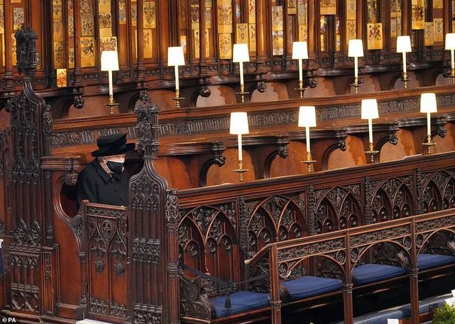 Khoảnh khắc gây nhói lòng trong đám tang Hoàng tế Philip: Nữ hoàng ngồi lặng lẽ cúi đầu đơn độc ở một hàng ghế, người đi rồi chỉ còn lại mình ta - Ảnh 1.