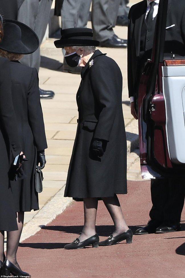 Khoảnh khắc gây nhói lòng trong đám tang Hoàng tế Philip: Nữ hoàng ngồi lặng lẽ cúi đầu đơn độc ở một hàng ghế, người đi rồi chỉ còn lại mình ta - Ảnh 7.