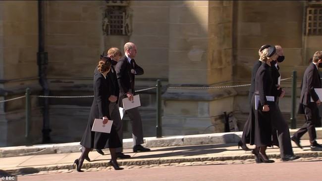 Trong tang lễ ông nội, Hoàng tử William và Harry lần đầu tiên xuất hiện cùng nhau, chủ động trò chuyện - Ảnh 3.