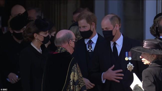 Trong tang lễ ông nội, Hoàng tử William và Harry lần đầu tiên xuất hiện cùng nhau, chủ động trò chuyện - Ảnh 4.