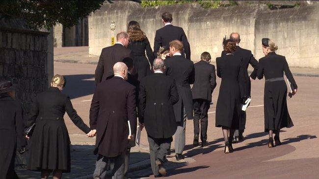 Trong tang lễ ông nội, Hoàng tử William và Harry lần đầu tiên xuất hiện cùng nhau, chủ động trò chuyện - Ảnh 5.