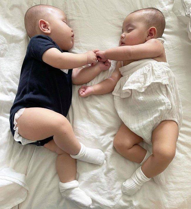 Lisa - Leon nhà Hồ Ngọc Hà khi ngủ nắm tay nhau cực yêu nhưng lúc thức lại tếu táo thế này đây - Ảnh 2.