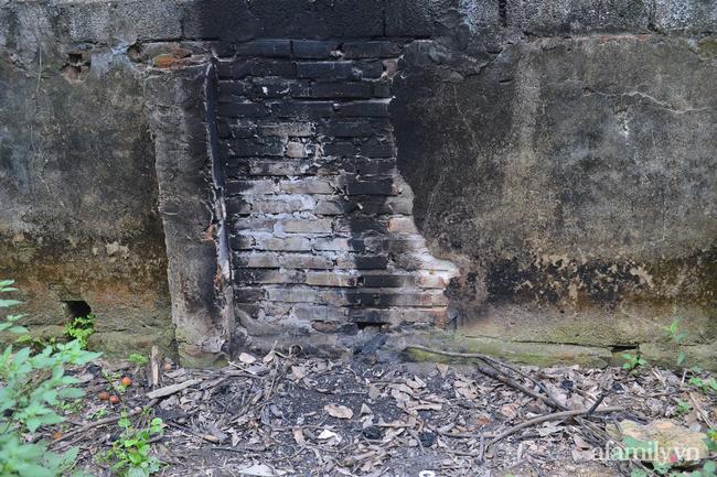 Một đống tro tàn đã bị thu dọn sạch