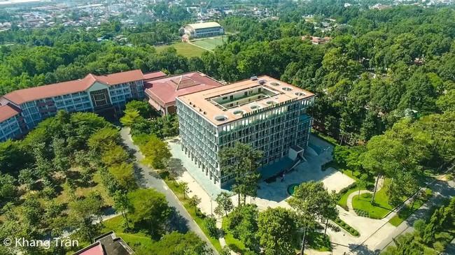 Ngôi trường ở TP. HCM nghe tên thì siêu bình dân nhưng được mệnh danh là phim trường của những MV triệu view - Ảnh 1.