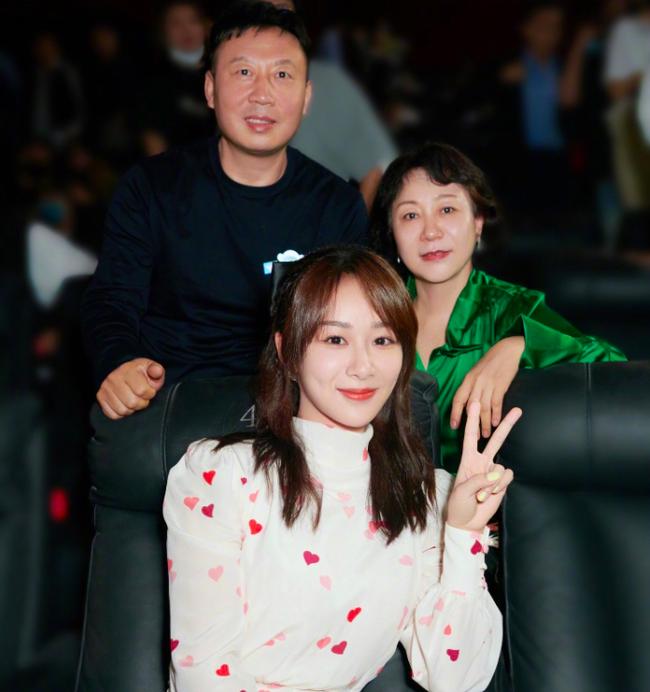 Dương Tử đăng ảnh mẹ đóng phim, netizen kêu gào về nhan sắc và lôi cả chuyện phẫu thuật thẩm mỹ ra mắng - Ảnh 4.