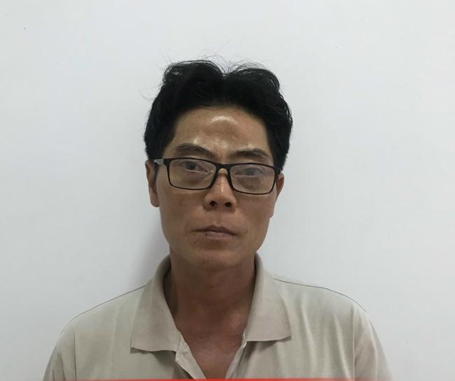 Gã đàn ông hiếp dâm, sát hại bé gái 5 tuổi ở Bà Rịa - Vũng Tàu: Nét mặt rợn người, vẻ mặt thản nhiên ngồi rung đùi tại cơ quan công an - Ảnh 1.