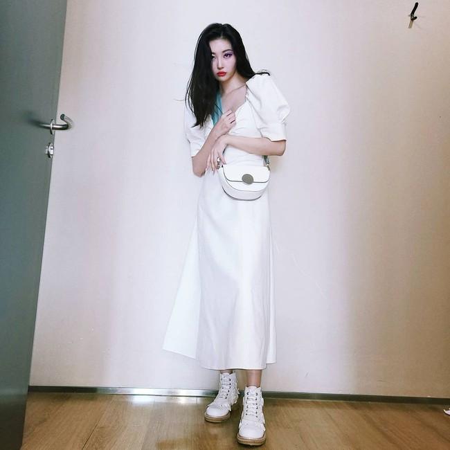 """Ngắm sao Hàn diện váy trắng xinh như mộng, chị em sẽ không tiếc tiền sắm cả """"lố"""" về để nâng cấp style - Ảnh 4."""