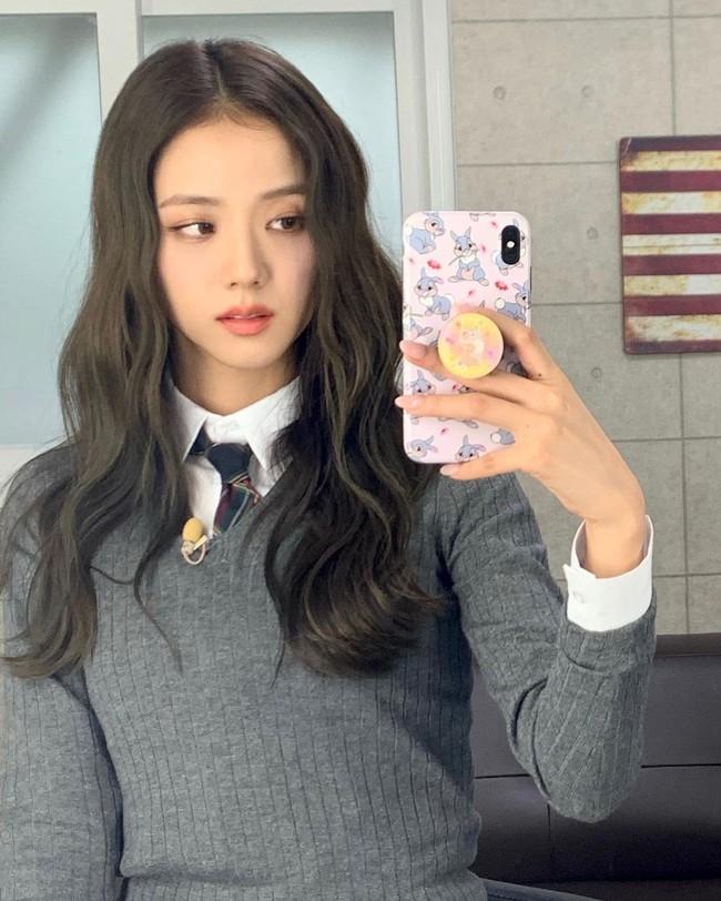 """Jisoo đúng là """"thánh selfie trước gương"""": Ảnh đã long lanh còn khoe được nhan sắc đỉnh cao, style xịn mịn - Ảnh 3."""