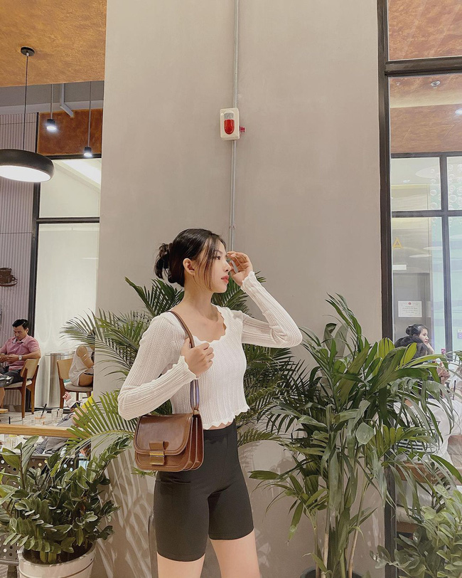 """Dát lên người toàn đồ hiệu, nhưng khi được hỏi """"crop top mua ở đâu"""", vợ Phan Mạnh Quỳnh chỉ ngay địa chỉ mà ai cũng ghiền: """"Shopee nha em!"""" - Ảnh 1."""