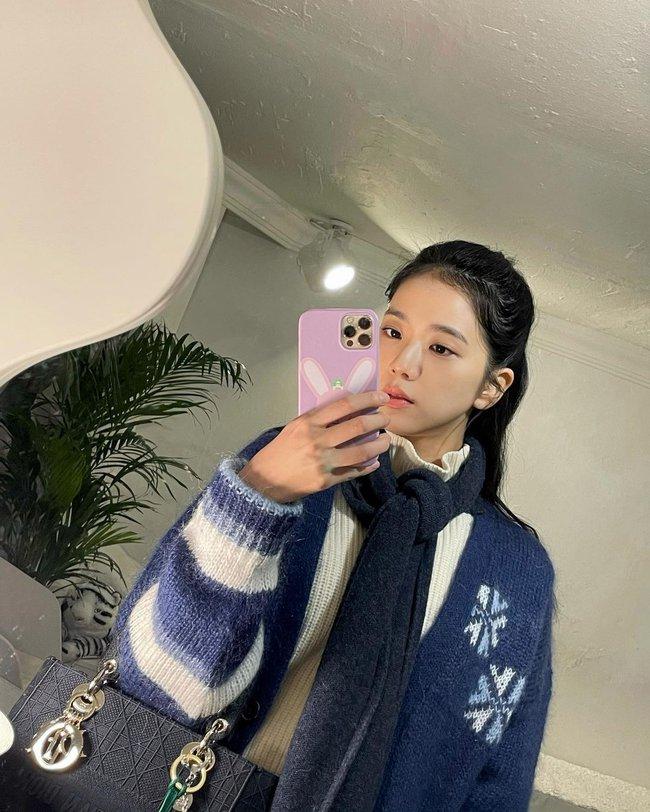 """Jisoo đúng là """"thánh selfie trước gương"""": Ảnh đã long lanh còn khoe được nhan sắc đỉnh cao, style xịn mịn - Ảnh 7."""