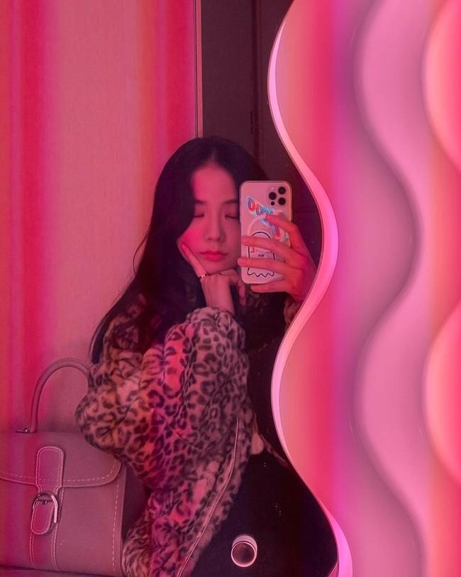 """Jisoo đúng là """"thánh selfie trước gương"""": Ảnh đã long lanh còn khoe được nhan sắc đỉnh cao, style xịn mịn - Ảnh 8."""