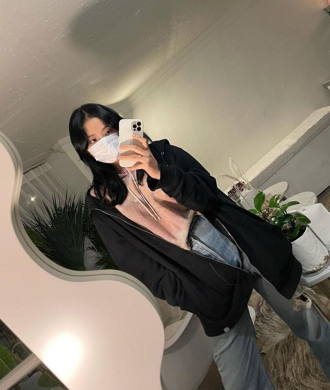 """Jisoo đúng là """"thánh selfie trước gương"""": Ảnh đã long lanh còn khoe được nhan sắc đỉnh cao, style xịn mịn - Ảnh 9."""