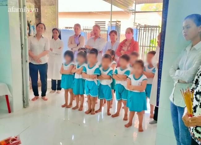Đưa nghi can hiếp dâm, sát hại bé gái 5 tuổi ở Bà Rịa - Vũng Tàu ra bãi đất trống thực nghiệm hiện trường - Ảnh 2.