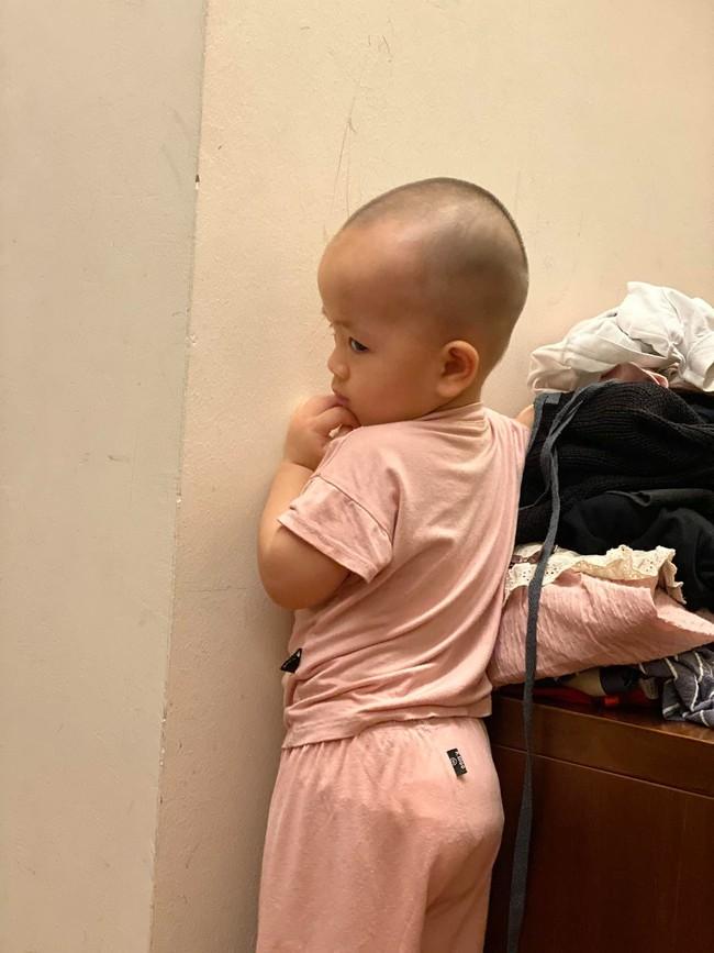 Bị bố phạt úp mặt vào tường vì nghịch hư, biểu cảm của nhóc Cơm con trai cô Văn Thùy Dương khiến ai cũng bò lăn ra cười - Ảnh 2.