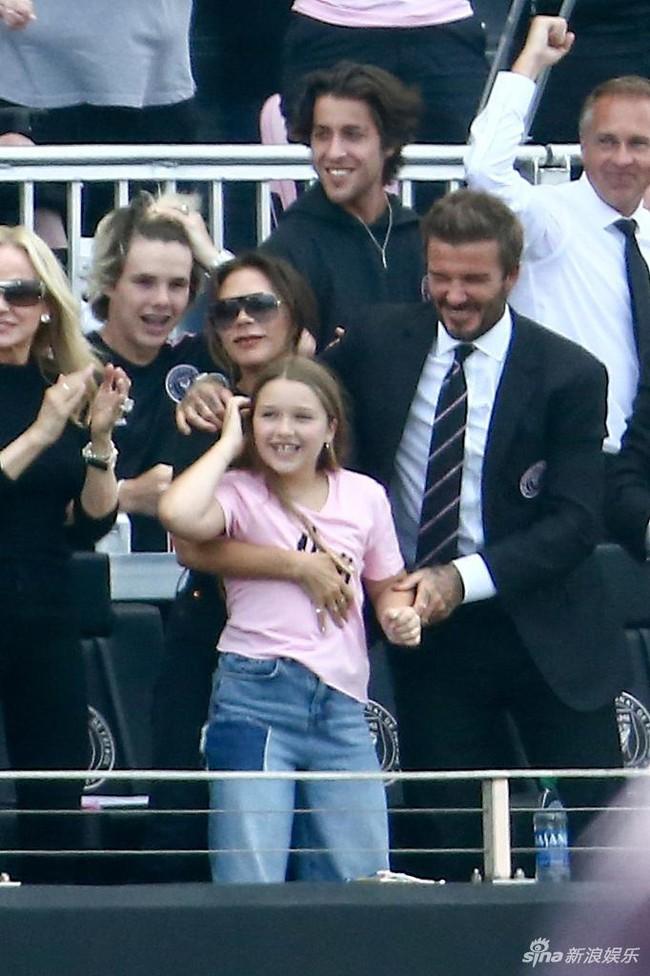 """Gia đình David Beckham tụ hội nhưng con gái út Harper lại chiếm """"spotlight"""" nhờ ngoại hình phổng phao - Ảnh 3."""