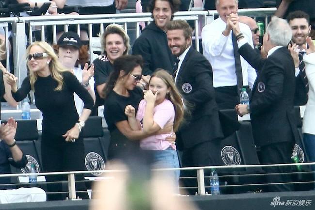 """Gia đình David Beckham tụ hội nhưng con gái út Harper lại chiếm """"spotlight"""" nhờ ngoại hình phổng phao - Ảnh 1."""