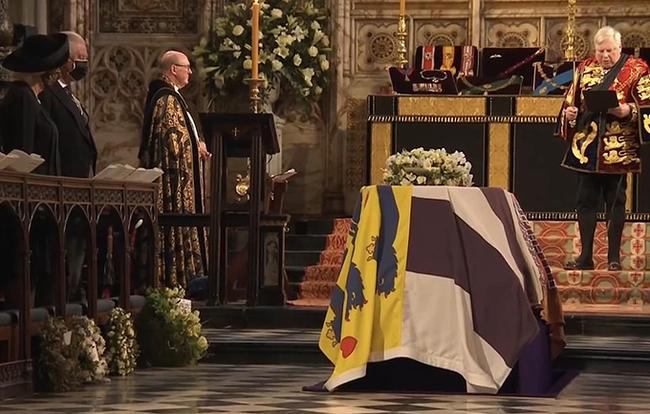 Chuyên gia vạch trần chiêu trò của Meghan Markle khi gửi vòng hoa, thư tay đến tang lễ Hoàng tế Philip 002