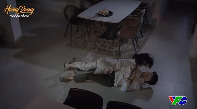 """Hướng dương ngược nắng: Minh """"đè ngửa"""" Hoàng giữa đêm rồi còn nấu mì cho """"chàng"""", chuyện gì đang xảy ra? - Ảnh 1."""