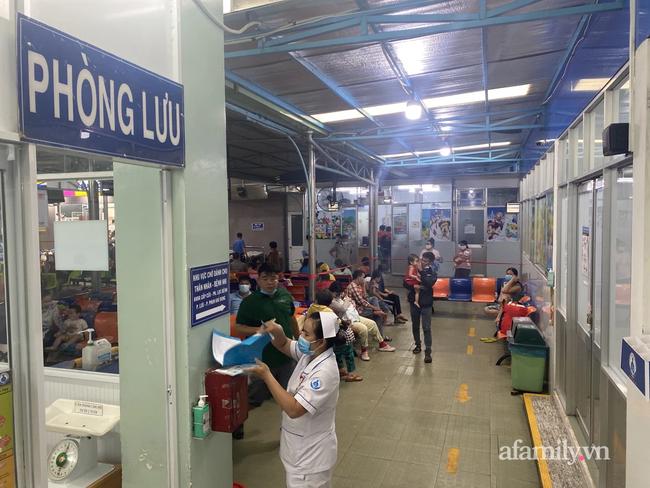 Hai thiếu niên bị bảo vệ dân phố đánh dã man trong Trường THCS Nguyễn Văn Tố phải nhập viện, sức khỏe thế nào? - Ảnh 1.