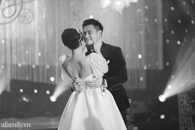 Chàng CEO từng bị hiểu nhầm là Gay hẹn hò 4 tháng đã cầu hôn, tặng vợ váy cưới xa xỉ limited, tổ chức ở cùng nơi với cầu thủ Công Phượng - Ảnh 14.