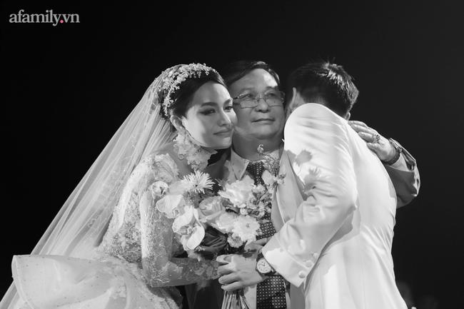 Chàng CEO từng bị hiểu nhầm là Gay hẹn hò 4 tháng đã cầu hôn, tặng vợ váy cưới xa xỉ limited, tổ chức ở cùng nơi với cầu thủ Công Phượng - Ảnh 12.