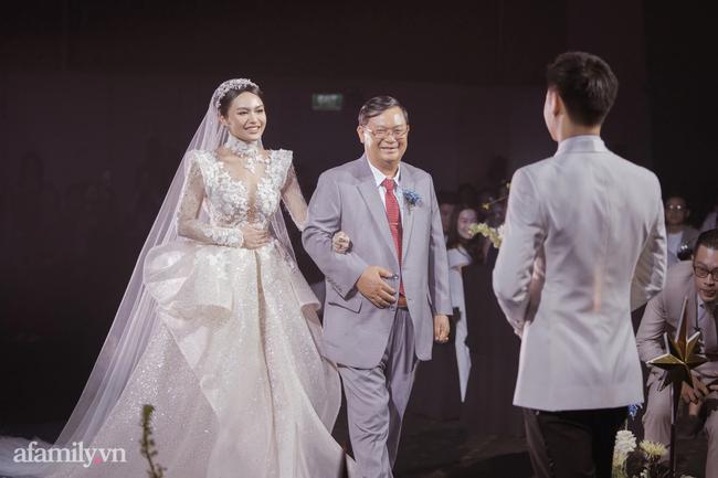 Chàng CEO từng bị hiểu nhầm là Gay hẹn hò 4 tháng đã cầu hôn, tặng vợ váy cưới xa xỉ limited, tổ chức ở cùng nơi với cầu thủ Công Phượng - Ảnh 11.