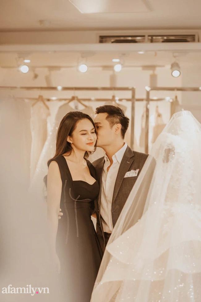 Chàng CEO từng bị hiểu nhầm là Gay hẹn hò 4 tháng đã cầu hôn, tặng vợ váy cưới xa xỉ limited, tổ chức ở cùng nơi với cầu thủ Công Phượng - Ảnh 2.