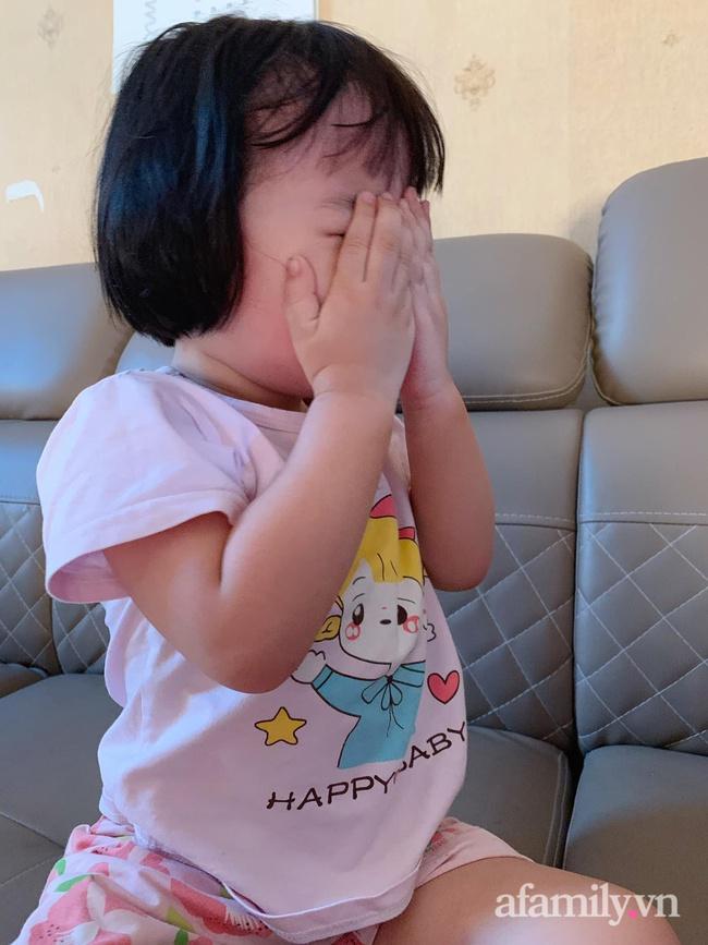 Bé gái 3 tuổi cứ ăn là đòi xem tivi, mẹ liền tung chiêu cực hài nhưng khiến con khiếp vía, kể từ đó em bé và tivi trở thành người dưng - Ảnh 2.