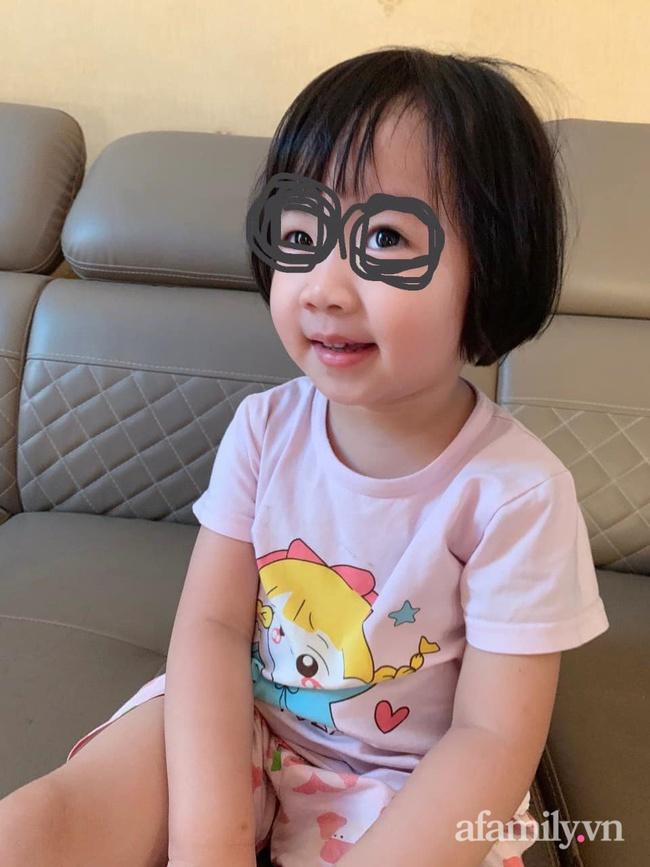 Bé gái 3 tuổi cứ ăn là đòi xem tivi, mẹ liền tung chiêu cực hài nhưng khiến con khiếp vía, kể từ đó em bé và tivi trở thành người dưng - Ảnh 1.