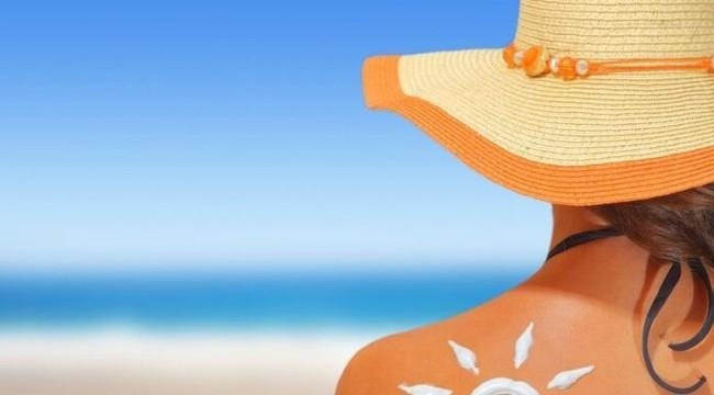 Mùa du lịch biển: Bảo vệ da và tóc khi đi bơi thế nào mới đúng? - Ảnh 2.