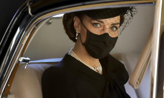 Điều ít biết sau bức ảnh gây bão MXH của Công nương Kate tại tang lễ Hoàng tế Philip 001