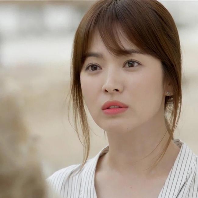 """Song Hye Kyo gây sốc cực mạnh với bức ảnh """"bác sĩ Kang"""" trong """"Hậu duệ mặt trời"""" lần đầu được tiết lộ, nhan sắc chuẩn vạn người mê - Ảnh 4."""