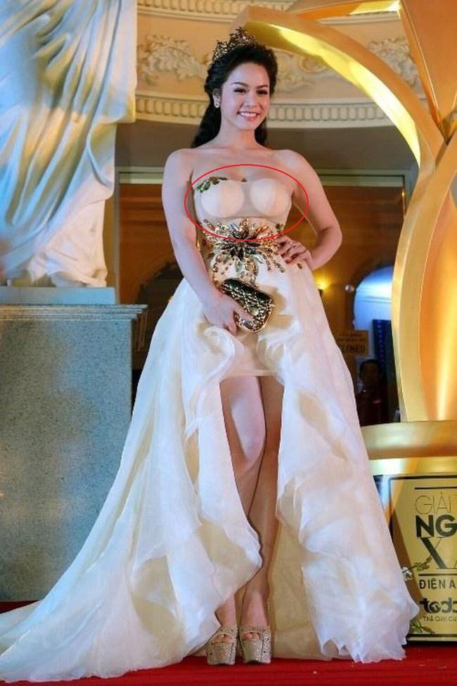 Vợ Phan Mạnh Quỳnh lộ ngay miếng lót ngực trong bộ váy cưới: Lỗi vặt vãnh mà rất nhiều cô dâu hay sao Việt rất hay mắc phải - Ảnh 5.