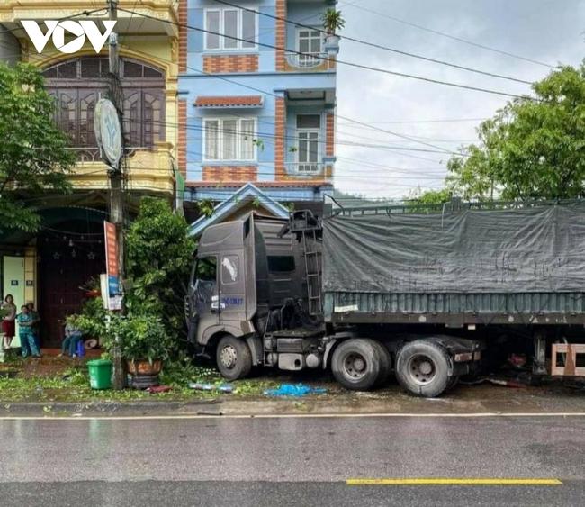 Quảng Ninh: Đang đứng trên vỉa hè, 3 người bị xe đầu kéo tông trúng - Ảnh 1.