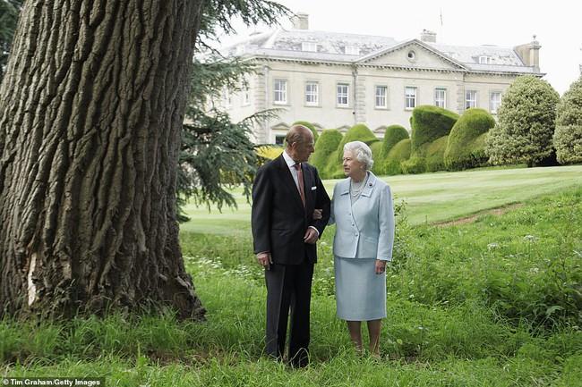 Trong ngày sinh nhật tuổi 95, Nữ hoàng Anh bất ngờ lên tiếng sau sự ra đi của bạn đời, cho thấy sự tinh tế và đẳng cấp không ai có được - Ảnh 2.