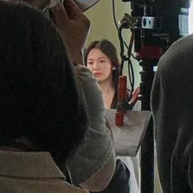 Ảnh chất lượng thấp nhưng nhan sắc Song Hye Kyo chất lượng cao: Làn da toả sáng, nổi bật tại hậu trường phim mới - Ảnh 2.