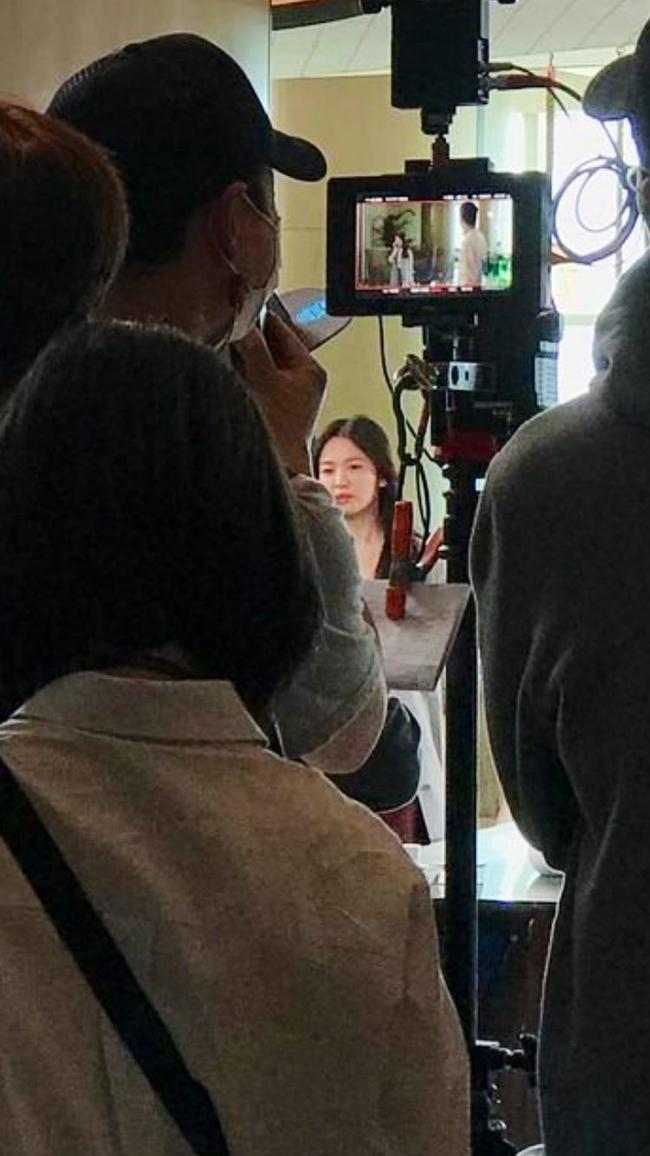 Ảnh chất lượng thấp nhưng nhan sắc Song Hye Kyo chất lượng cao: Làn da toả sáng, nổi bật tại hậu trường phim mới - Ảnh 3.